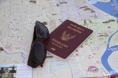O passaporte e os óculos de sol de Tailândia no mapa, preparam-se para viajar imagem de stock royalty free
