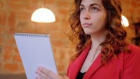 O passatempo de tiragem focalizou a mulher que esboça o bloco de notas filme