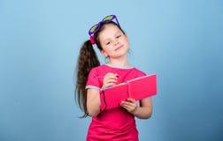 o Passe-temps et loisirs t i L'enfant aime lire image stock