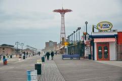 O passeio à beira mar de Riegelmann em Coney Island foto de stock