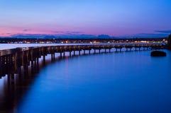 O passeio à beira mar no crepúsculo imagens de stock