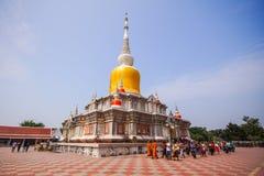 O passeio curcular dos povos budistas com flores, velas e incen Imagem de Stock