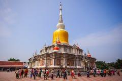 O passeio curcular dos povos budistas com flores, velas e incen Fotografia de Stock