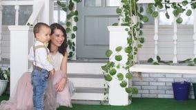 O passeio da mamã e do filho no jardim balança video estoque