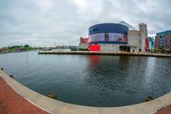 O passeio da margem no porto interno com grande opinião de ângulo do rio de Potapsco naturalizado fotos de stock
