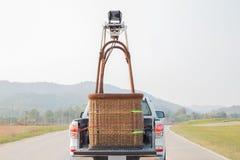 O passeio do carro com a cesta do balão de ar quente prepara-se para atear fogo acima ao Fotos de Stock