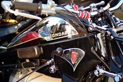 O passeio do distinto cavalheiro no quadrado europeu Motocicletas feitas sob encomenda na reunião da motocicleta imagem de stock royalty free