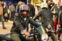 O passeio do distinto cavalheiro no quadrado europeu Motocicletas feitas sob encomenda na reunião da motocicleta fotografia de stock royalty free