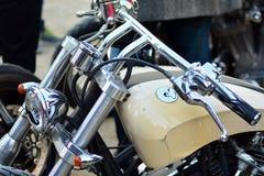O passeio do distinto cavalheiro no quadrado europeu Motocicletas feitas sob encomenda na reunião da motocicleta imagens de stock