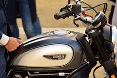 O passeio do distinto cavalheiro no quadrado europeu Motocicletas feitas sob encomenda na reunião da motocicleta fotos de stock royalty free