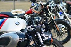 O passeio do distinto cavalheiro no quadrado europeu Motocicletas feitas sob encomenda na reunião da motocicleta foto de stock