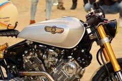 O passeio do distinto cavalheiro no quadrado europeu Motocicletas feitas sob encomenda na reunião da motocicleta fotografia de stock