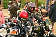 O passeio do distinto cavalheiro no quadrado europeu Motocicletas feitas sob encomenda na reunião da motocicleta imagem de stock
