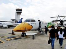 O passeio dos passageiros dos povos tailandeses vai acima da hélice do gêmeo do avião Imagens de Stock Royalty Free