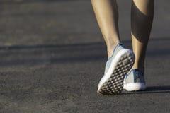 O passeio fêmea na manhã para aquece o corpo para movimentar-se e exercício imagem de stock