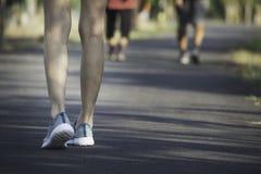 O passeio fêmea na manhã para aquece o corpo para movimentar-se e exercício foto de stock