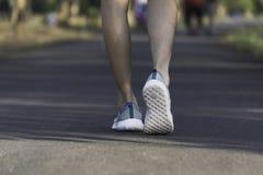 O passeio fêmea na manhã para aquece o corpo para movimentar-se e exercício fotografia de stock royalty free