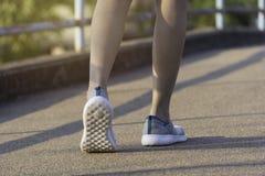 O passeio fêmea na manhã para aquece o corpo para movimentar-se e exercício fotos de stock