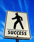 O passeio pedestre branco com palavra do sucesso assina dentro o céu azul Fotografia de Stock Royalty Free