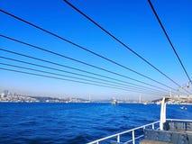O passo de Bosphorus em Istambul, Turquia 30 de março de 2018: Esporte de barco imagens de stock