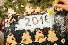 O pasteleiro remove o sinal 2016 na farinha branca imagens de stock