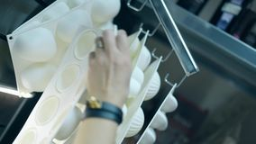O pasteleiro toma o formulário branco do bolo e do marshmallow do silicone vídeos de arquivo