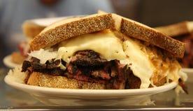 O Pastrami famoso no sanduíche do centeio serviu no supermercado fino de New York Imagem de Stock
