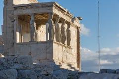 O patamar das cariátides no Erechtheion um templo do grego clássico no lado norte da acrópole de Atenas, Grécia Imagens de Stock
