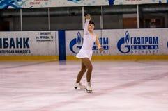 O patinador artística da menina escolhe dentro a patinagem fotos de stock royalty free