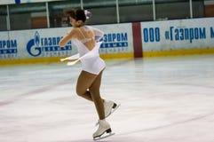 O patinador artística da menina escolhe dentro a patinagem fotos de stock