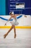 O patinador artística da menina escolhe dentro a patinagem, Orenburg, Rússia Foto de Stock