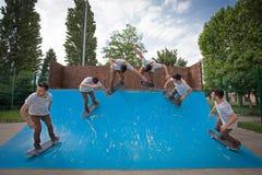 O patinador salta altamente no ar imagens de stock royalty free