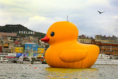 O pato de borracha de Florentijn Hofman holandês do artista em Keelung Fotografia de Stock Royalty Free