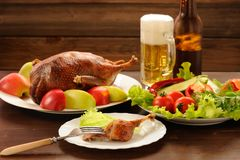 O pato Roasted serviu com legumes frescos, maçãs e cerveja no wo Fotografia de Stock