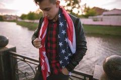 O patriota cansado dos EUA guarda a bandeira nacional Fotografia de Stock Royalty Free
