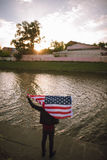 O patriota inspirado dos E.U. mantém a bandeira nacional exterior Fotos de Stock Royalty Free