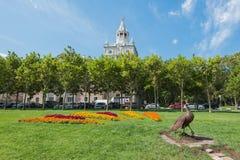 O pavão do bronze do arranjo de flor é ficado situado na margem de Novorossiysk Região de Krasnodar fotografia de stock