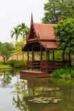 O pavilhão da margem na lagoa de lótus Imagens de Stock Royalty Free