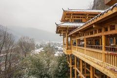 O pavilhão de madeira que se usa como a entrada para amarelar Dragon Cave no inverno foto de stock royalty free