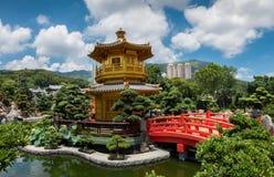 O pavilhão dourado da perfeição absoluta em Nan Lian Gardens em Hong Kong imagem de stock