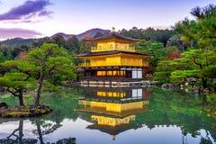 O pavilhão dourado Templo de Kinkakuji em Kyoto, Japão fotografia de stock royalty free