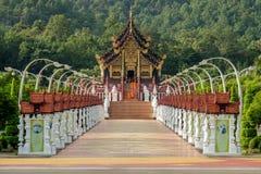 O pavilhão real & o x28; Ho Kham Luang & x29; no parque real Rajapruek próximo fotografia de stock