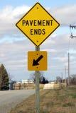 O pavimento termina o sinal Fotos de Stock Royalty Free