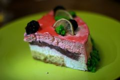 O pedaço de bolo com morangos e cal foto de stock