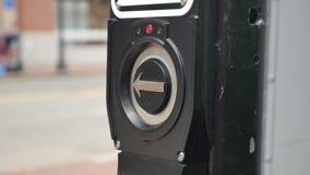 O pedestre de Boston pressiona o botão da faixa de travessia video estoque
