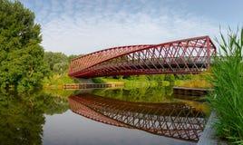 O pedestre de Vlaardingen e a ponte De Torção do ciclismo torcem através do Vlaardingse Vaart em Vlaardingen, Holanda sul, a rede fotografia de stock