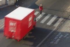O pedestre está a ponto de ser batida por um caminhão Fotografia de Stock