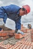 O pedreiro trabalha no 15o assoalho da construção Fotos de Stock