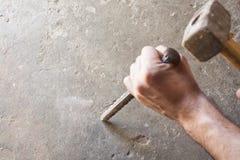 O pedreiro utiliza ferramentas o trabalho dos homens Fotos de Stock