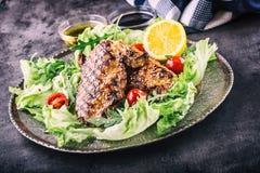 O peito de frango grelhado em variações diferentes com as ervas dos cogumelos dos tomates de cereja da salada da alface cortou o  imagens de stock